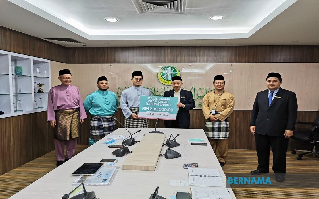 Bank Islam hands over RM230,000 in zakat to MUIS